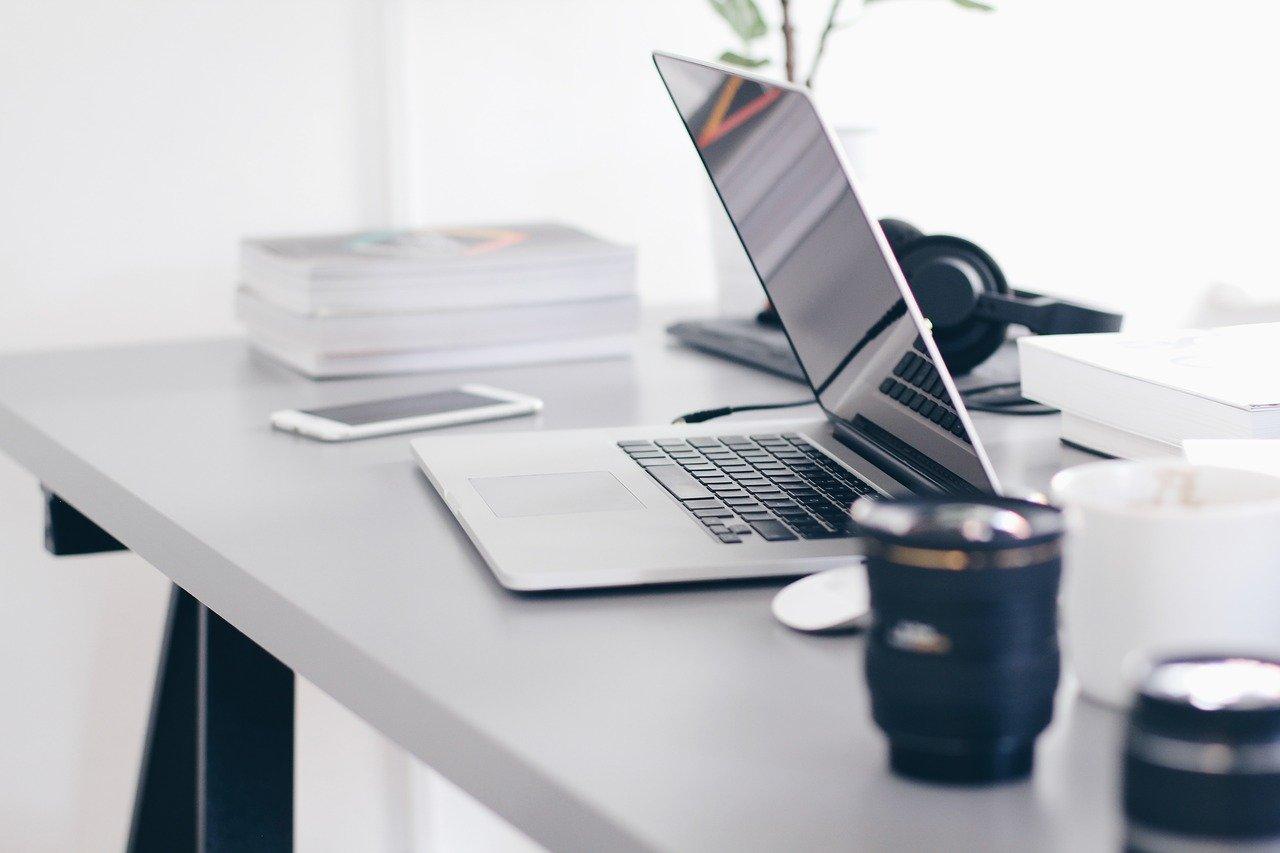laptop, table, technology-2434393.jpg